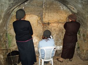 1024px-Women_praying_in_the_Western_Wall_tunnels_by_David_Shankbone
